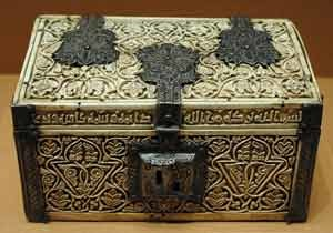 Casket with Kufic inscription on lid offering wishes from Umayyad Caliphs of Córdoba.